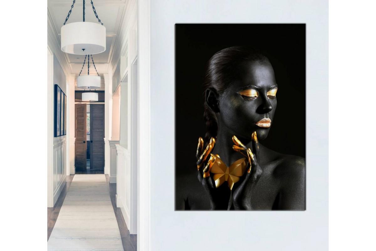 srda24 - Elinde Kelebek Tutan Siyah ve Altın Makyajlı Afrikalı Kadın Kanvas Tablo